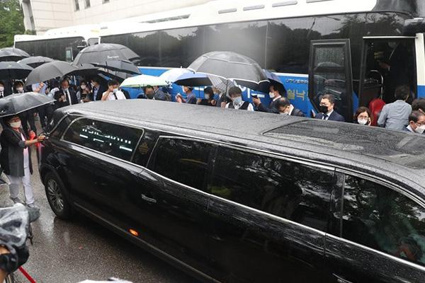 عقد جنازة عمدة سيول على الإنترنت