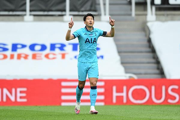 اللاعب سون هونغ مين يسجل هدفا في المباراة الثانية على التوالي