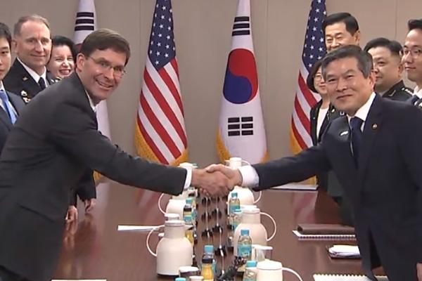 وزيرا الدفاع الكوري والأمريكي يناقشان القضايا المعلقة بين البلدين