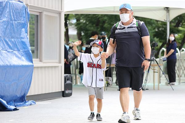 La liga profesional de béisbol permite la entrada de público
