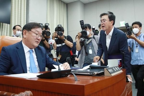 '공수처 후속 3법' 운영위 통과…통합당은 반발 불참