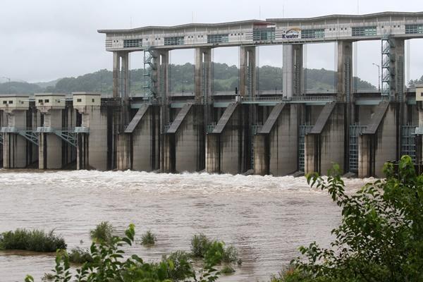 文在寅前往涟川郡南水坝视察 对北韩未提前通报泄洪感到遗憾