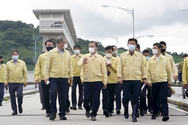 Tổng thống Moon Jae-in thăm đập điều tiết lũ lụt Gunnam