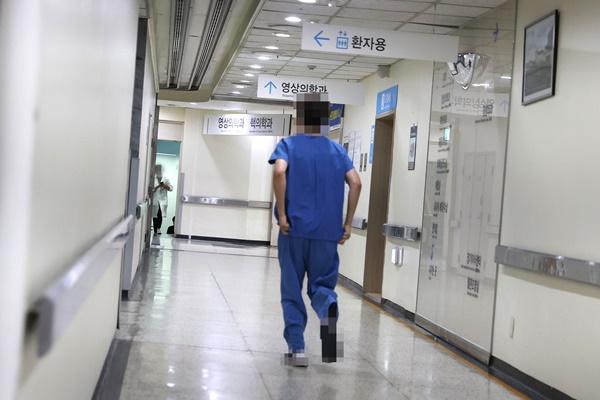 研修医がストライキ開始 医学部の定員拡大に反発