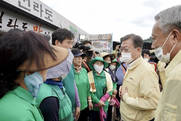 Moon Visits 2 Southern Areas Hit Hard by Torrential Rains