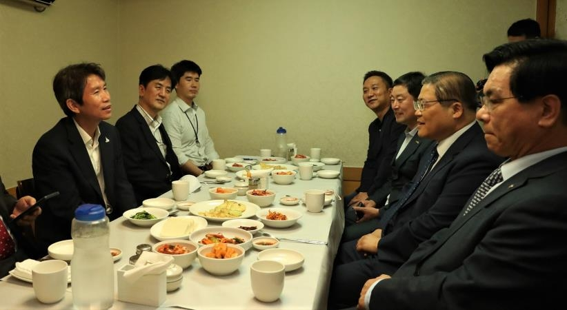 Unification Minister Seeks Civilian Sectors' Help for Inter-Korean Dialogue