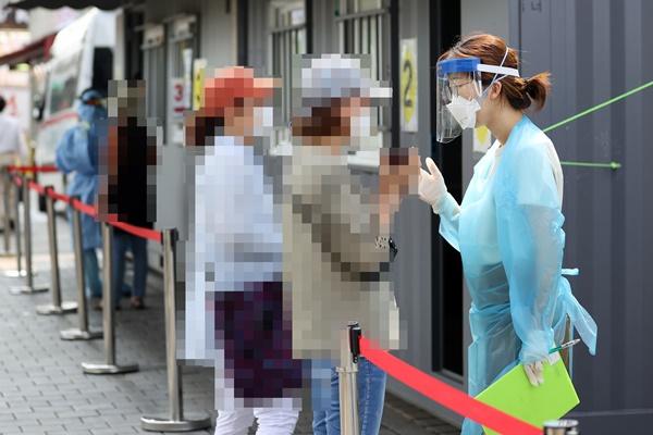 Seúl sigue reportando más de cien casos diarios