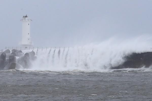 """台风""""巴威""""北上 截至27日凌晨韩全国将遭遇狂风暴雨"""