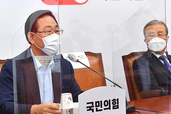"""국민의힘 '秋 사퇴' 총공세…""""카톡 휴가신청? 편의점 알바냐"""""""