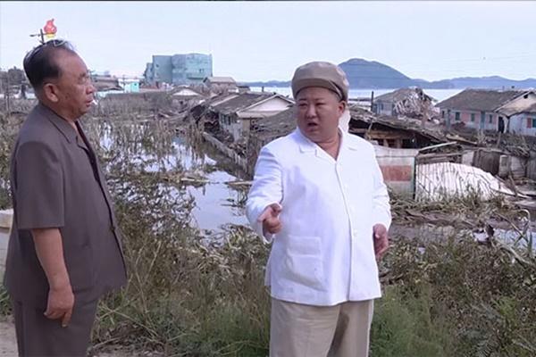 Kim Jong Un visita zona afectada por tifón Maysak