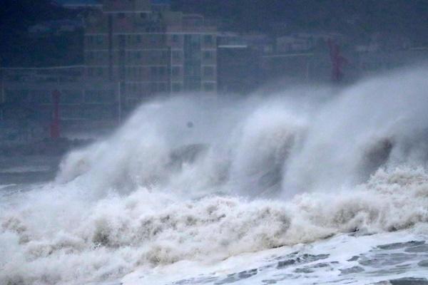 """受台风""""海神""""影响 韩全境海上空中交通暂时停摆"""