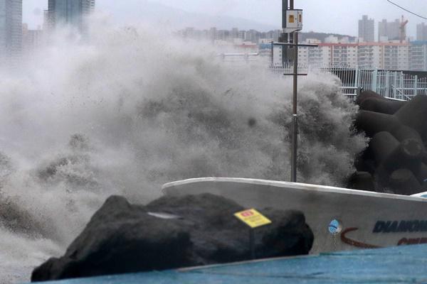 Тайфун «Хайшен» движется вдоль восточного побережья РК