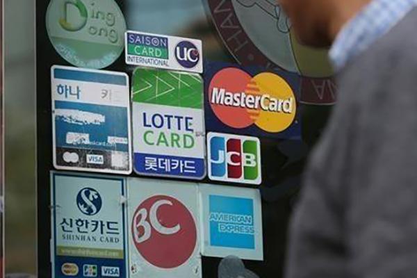 Кредиты по банковским картам увеличились в сентябре на 34%