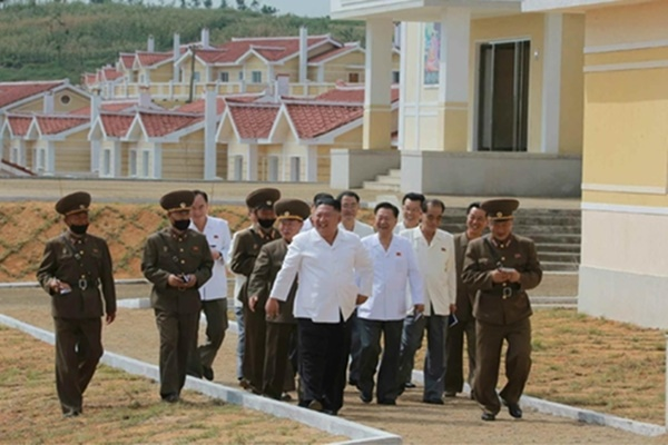 金正恩视察台风灾区重建现场 称对军人的献身感到肃然起敬