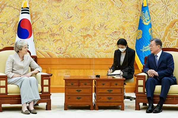 文大統領と英メイ前首相 大統領府で会談
