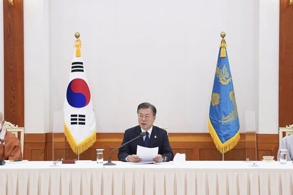Moon Regrets Politicization, Stresses National Unity