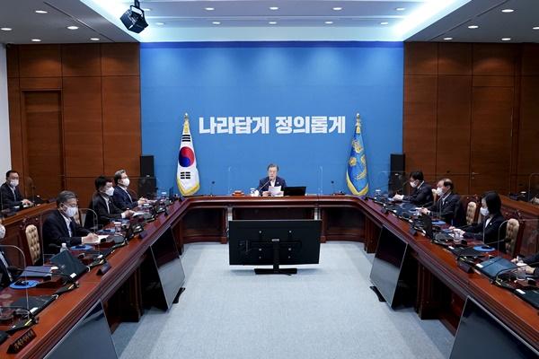 """Presidente Moon urge cooperación para reformar """"instituciones de poder"""""""