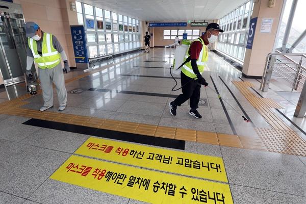 Hàn Quốc vẫn liên tiếp xuất hiện nhiều vụ lây nhiễm COVID-19 tập thể