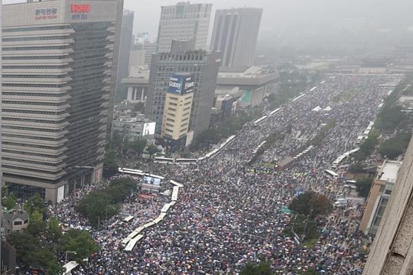 Ряд консервативных организаций отменили уличные шествия