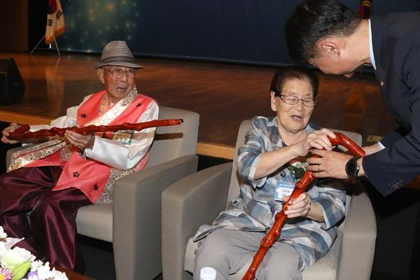Hàn Quốc tặng gậy trường thọ cho 1.762 người tròn 100 tuổi trong năm nay