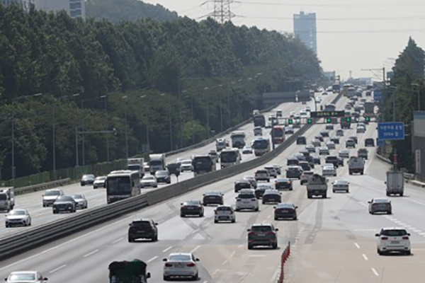 中秋节连休首日返乡路严重堵塞 高速公路正常征收通行费