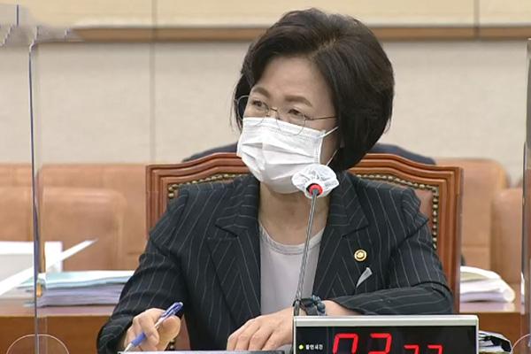 추미애, 라임·윤석열 가족 사건 수사지휘권 행사…대검 수용
