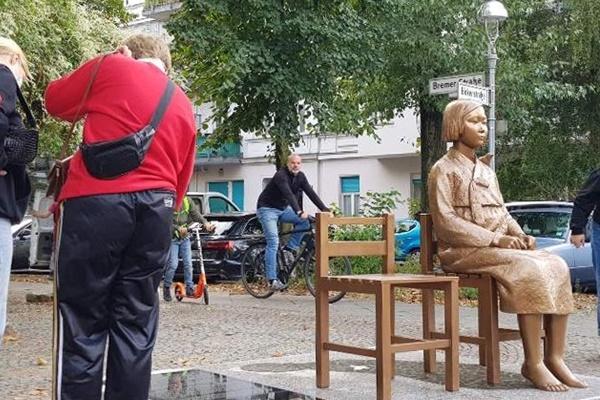 ベルリンの少女像 撤去は見送り 当局「対応を検討する」