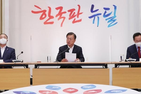 """문대통령, 홍남기에 """"내수회복에 총력 기울여야"""""""