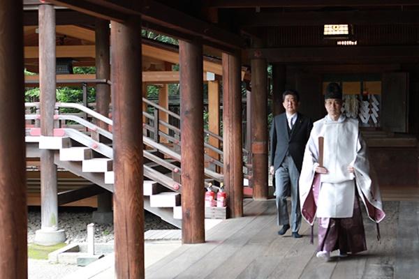 아베, 한 달 만에 야스쿠니 '또 참배'…일본 정부