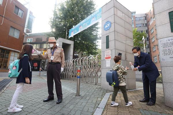 Học sinh Hàn Quốc bắt đầu đến trường theo lệnh nới lỏng