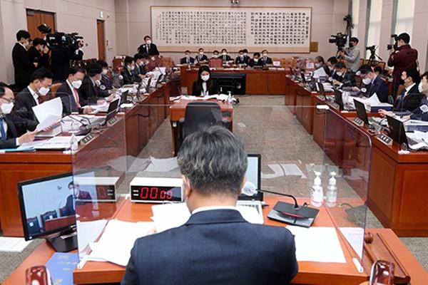 Top Prosecutor Refutes Alleged Passivity Toward Alleged Bribery