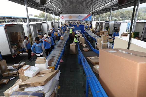 Delivery Workers Threaten to Strike Ahead of Lunar New Year Holiday
