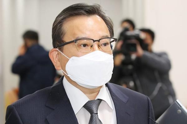 '1심 무죄' 김학의, 2심서 일부 뇌물죄 유죄…징역 2년 6월·법정 구속