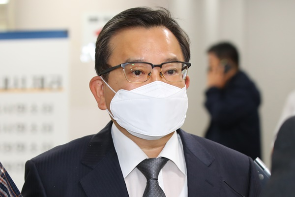 '1심 무죄' 김학의, 2심서 법정구속…일부 뇌물 유죄
