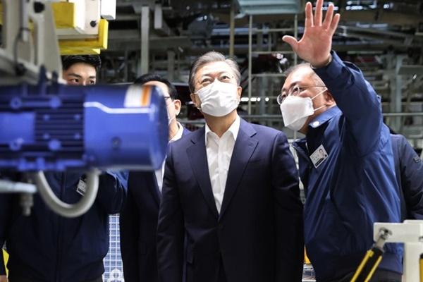 Präsident Moon stellt massive Investitionen in Elektro- und Wasserstoffautos in Aussicht