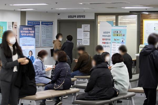 Lao động có việc làm tháng 10 giảm 421.000 người