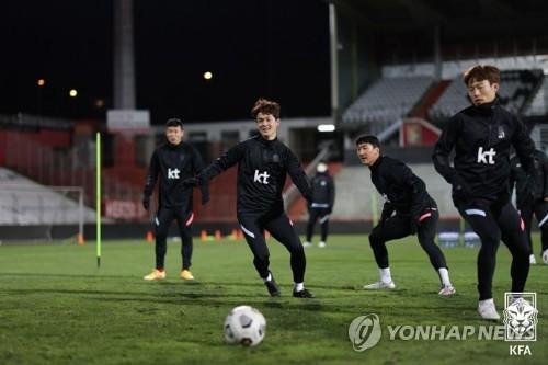 عودة أعضاء فريق كرة القدم الكوري المصابين بفيروس كورونا