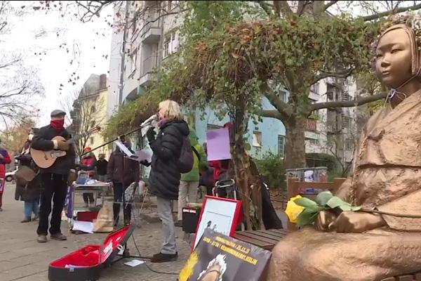 """德国柏林市民团体开展""""我们是少女像""""活动 要求消除对女性暴力"""