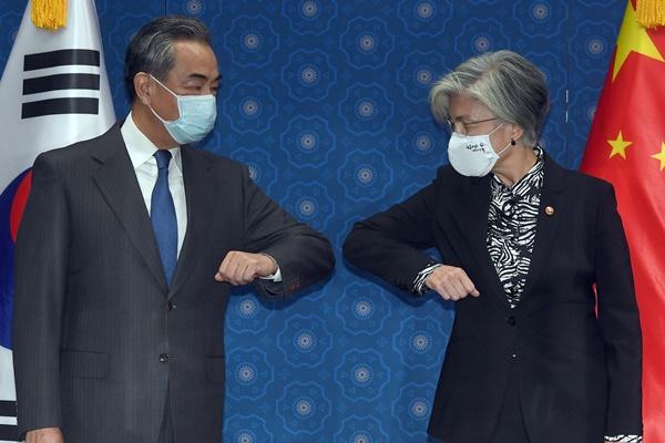 وزيرة الخارجية الكورية تجتمع مع نظيرها الصيني في سيول