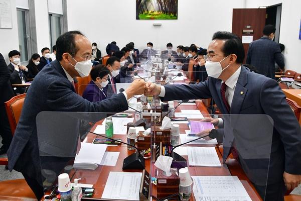 韩执政党研讨2万亿韩元规模第3轮灾难支援金 在野党主张3.6万亿韩元