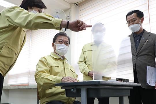 文在寅视察高考考场防疫情况 强调安全第一
