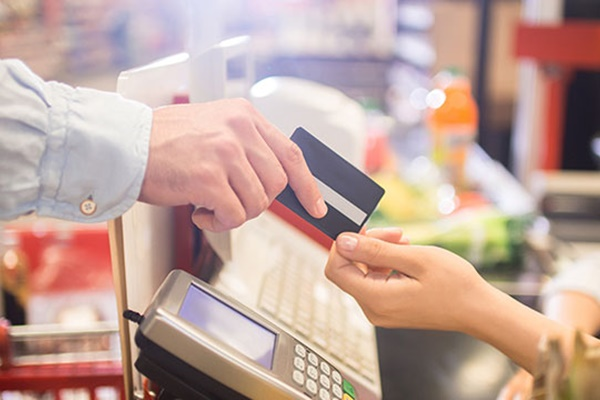 Южнокорейцы сократили оплаты банковскими картами за рубежом на 46%