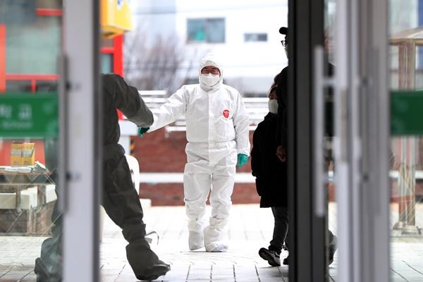 韩语言补习班和高中等相继出现新冠疫情 截至本周末为疫情走势关键期