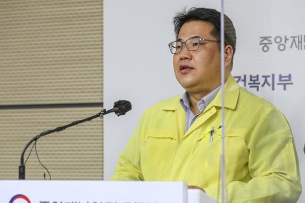 """정부 """"거리 두기 국민 참여율 떨어지고 있어…3단계 격상해도 효과 우려"""""""