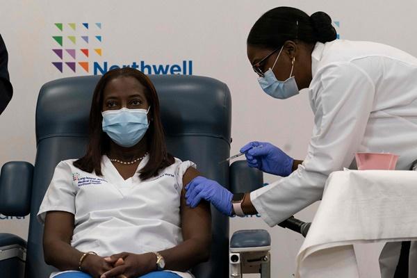 تطعيمات فيروس كورونا تبدأ في الولايات المتحدة