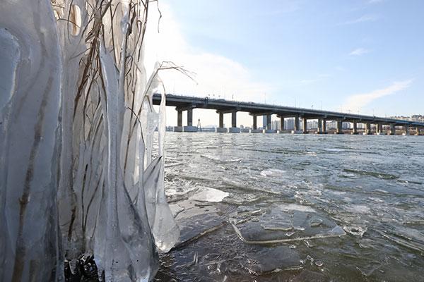 ソウルで体感温度-25度 国内線の一部が雪で欠航
