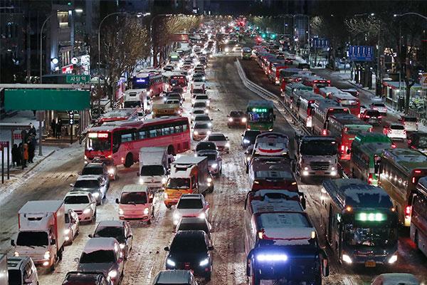 寒潮导致韩各地连夜强降雪 部分国内航班取消