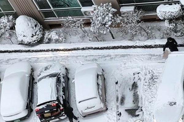 Las fuertes nevadas congelan carreteras y obligan a cancelar vuelos