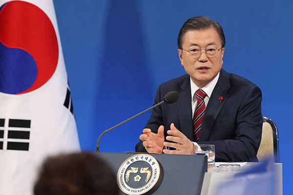 Moon: It's Not Time Yet to Pardon 2 Ex-Presidents