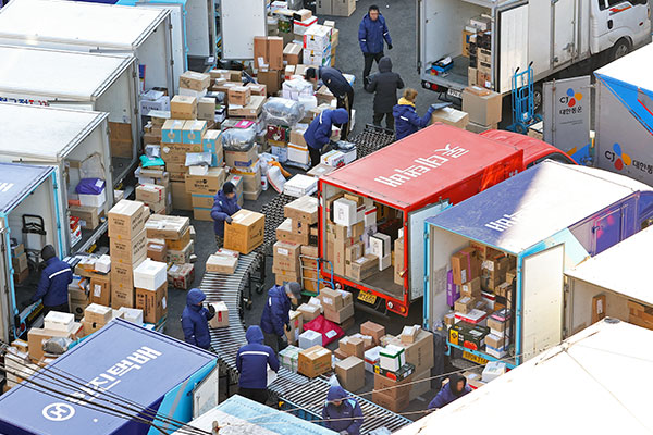 Delivery Workers, Logistics Firms Agree on Measures to Improve Working Conditions